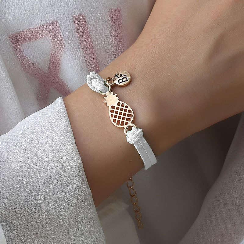 bracelet d'amitié ananas couleur blanche portez sur le poignet d'une femme