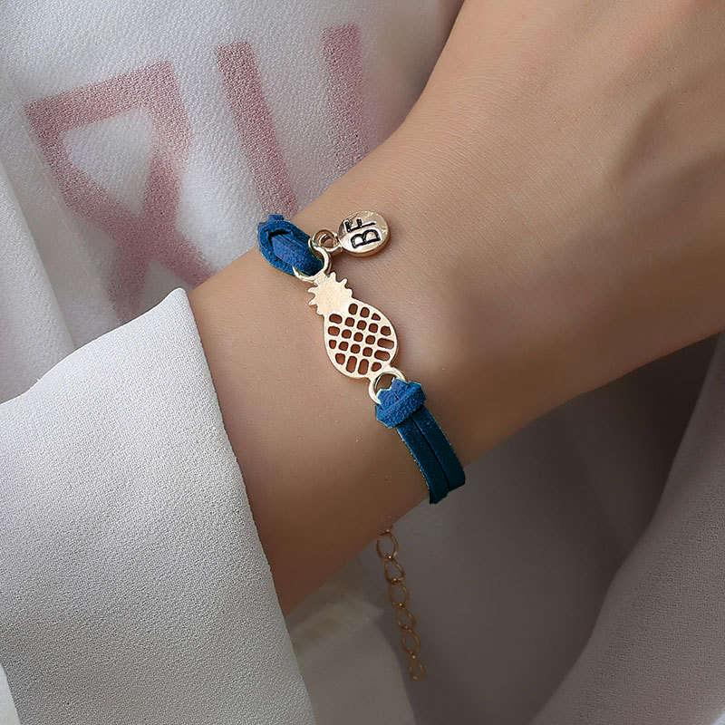 bracelet d'amitié ananas couleur bleu portez sur le poignet d'une femme