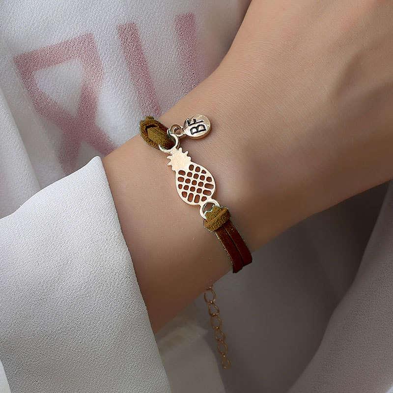 bracelet d'amitié ananas couleur marron portez sur le poignet d'une femme