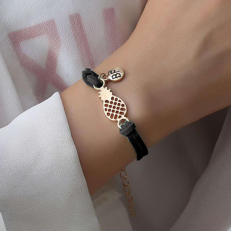 bracelet d'amitié ananas couleur noire portez sur le poignet d'une femme