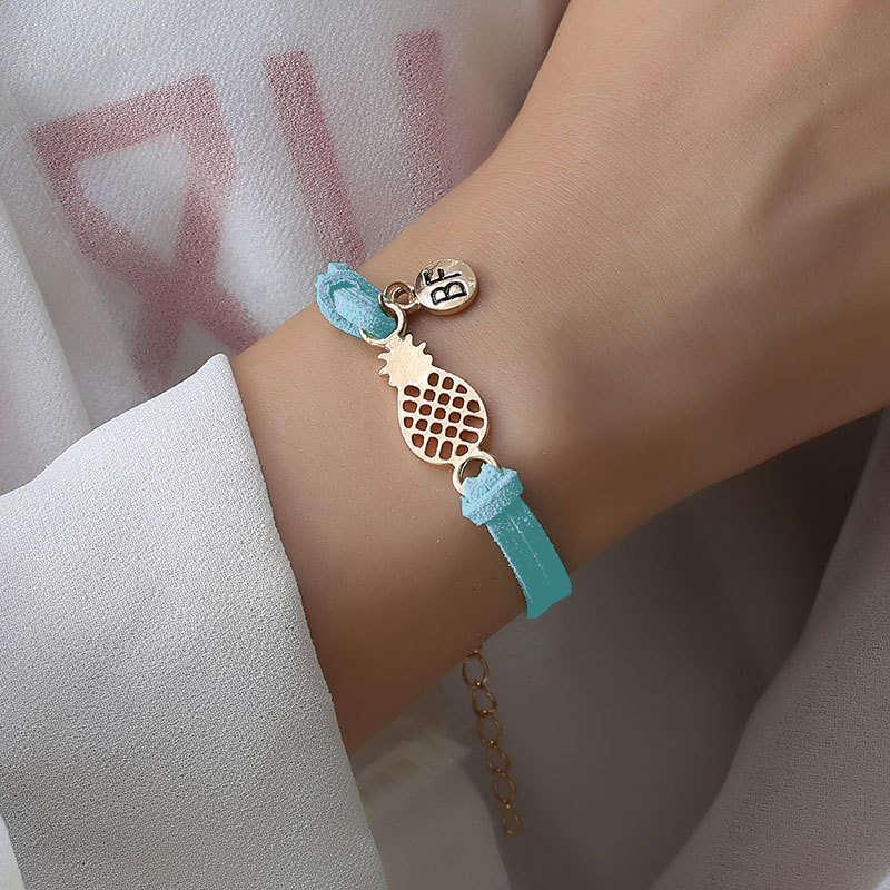 bracelet d'amitié ananas couleur bleu turquoise portez sur le poignet d'une femme