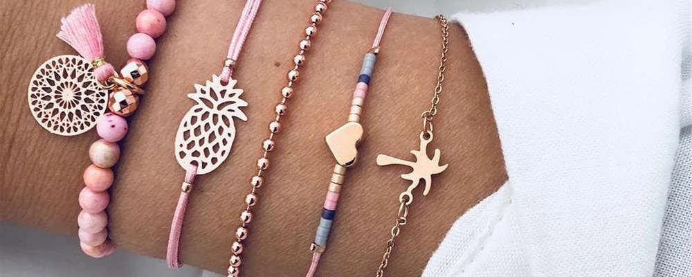 femme portant un ensemble de bracelets ananas