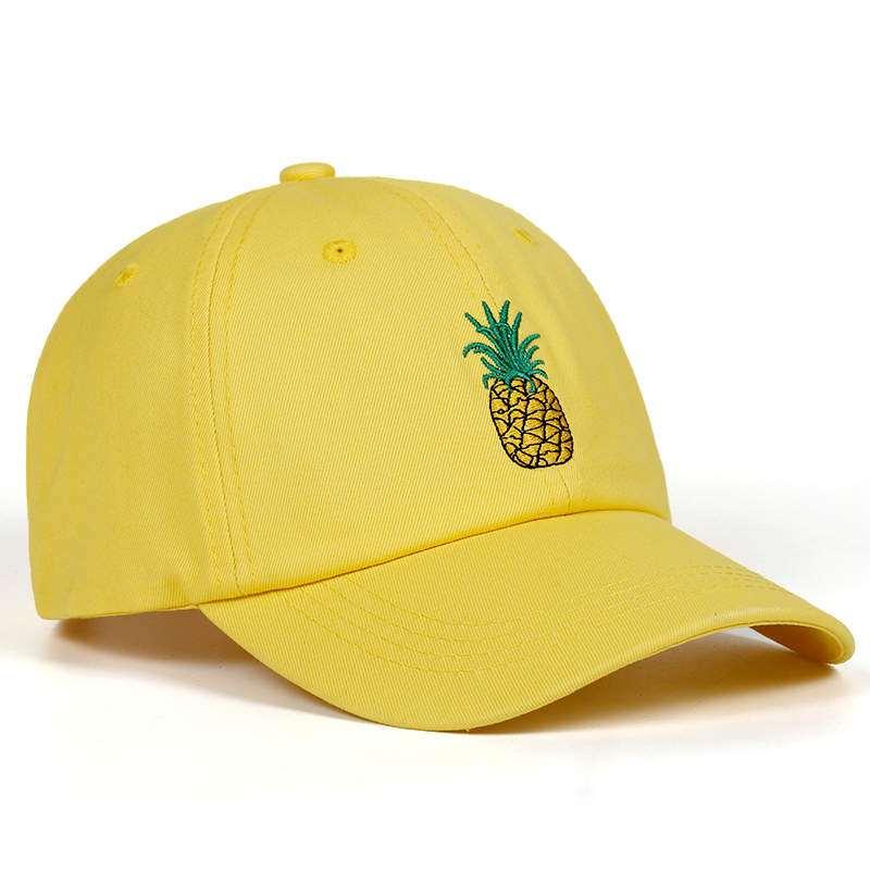casquette jaune avec motif ananas