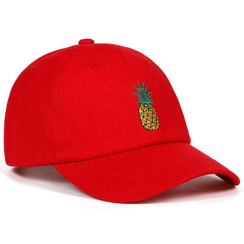 casquette rouge avec motif ananas