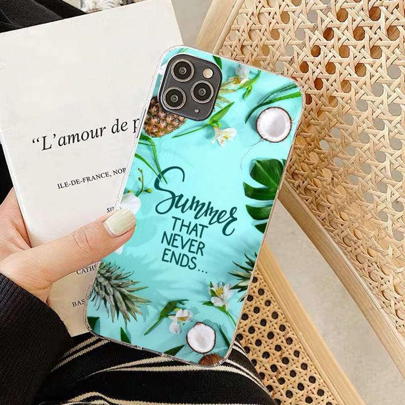 coque motifs ananas et coco pour iphone avec la phrase summer that never ends et des plantes et fleurs tropicales