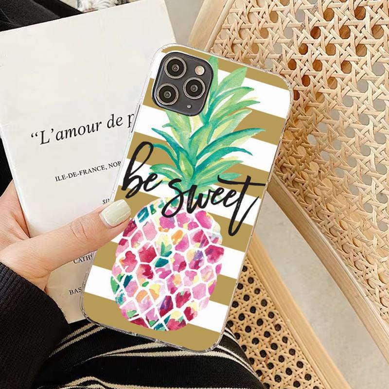 """coque ananas pour iphone avec un fruit au corps multicolore, au panache vert sur fond avec bande marron et la locution anglais """"be sweet"""" soit doux en français"""