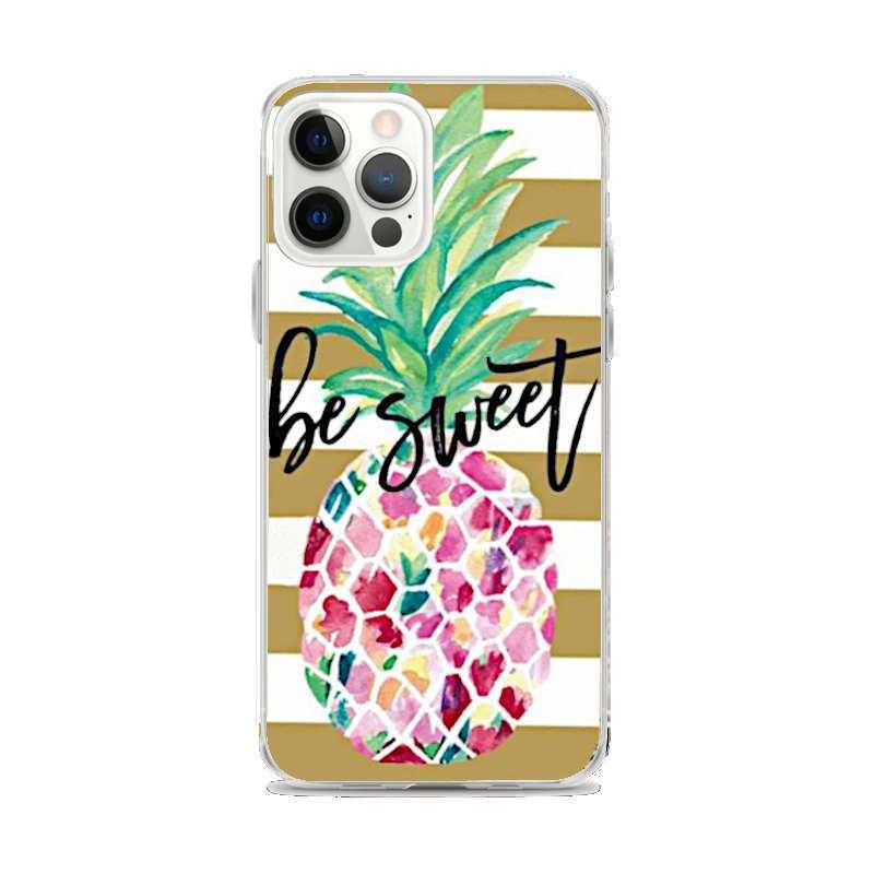 coque motif ananas pour iphone avec un fruit multicolore, des bandes marrons en fond et les mots anglais Be Sweet