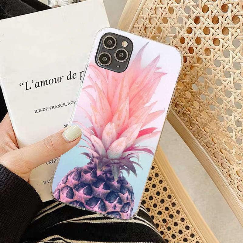 coque iphone motif ananas imprimé d'un demi fruit rose saumon avec un dégradé de rose et de bleu. Cette coque est présentée dans la main d'une femme