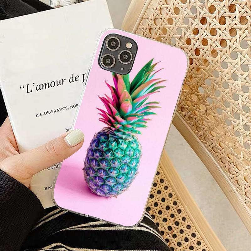 coque ananas pour iphone avec un fruit vert et bleu sur fond rose
