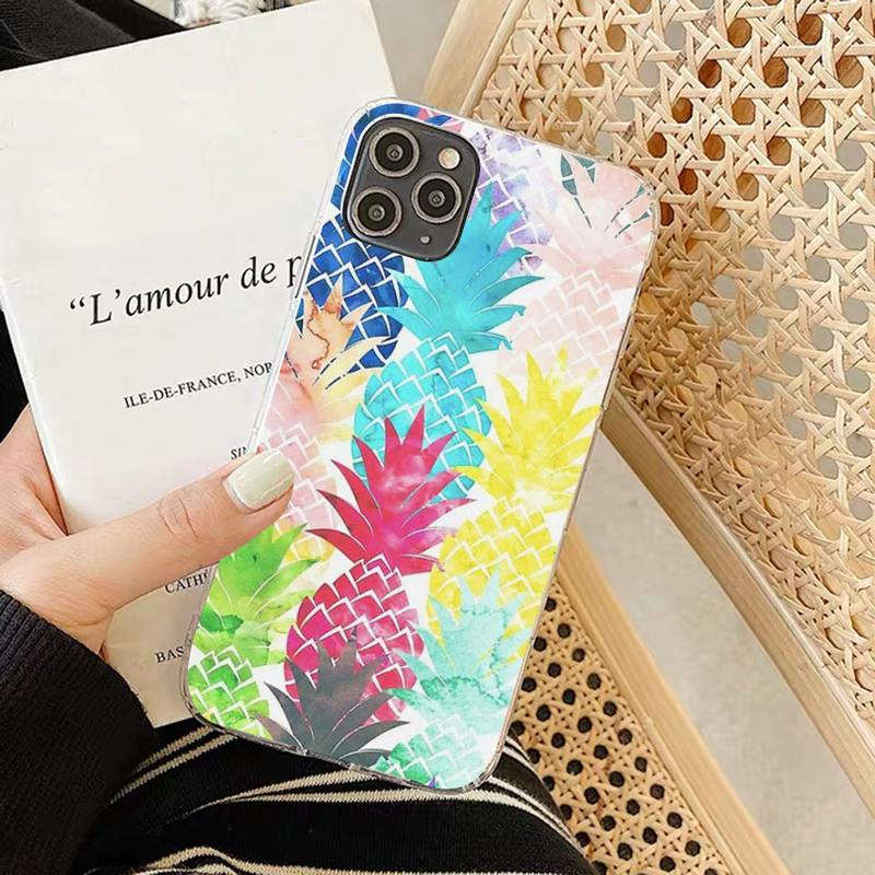 coque ananas iphone imprimée de fruits multicolore dans la main d'une femme