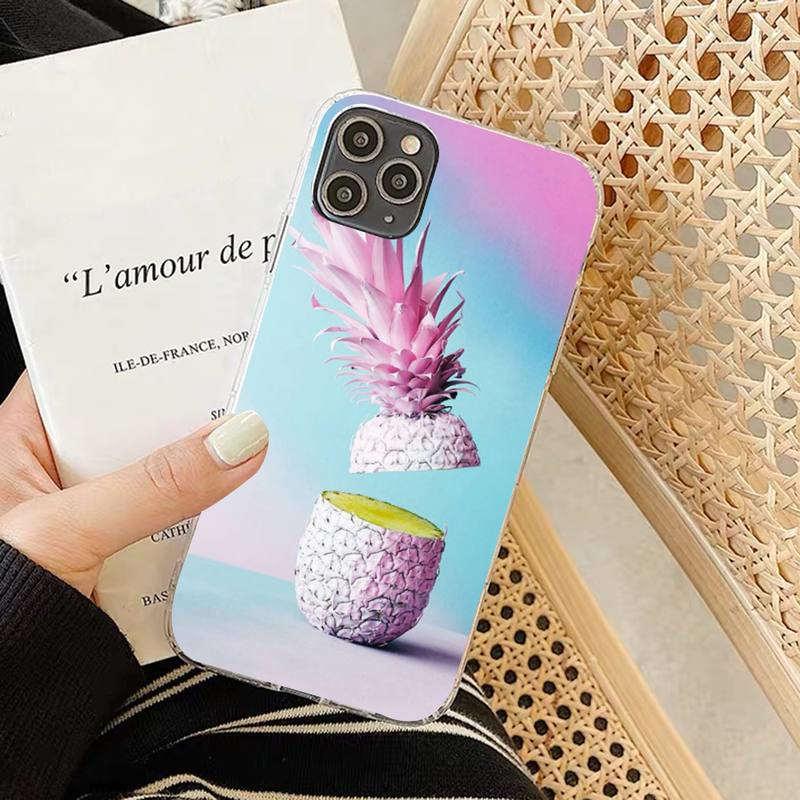 coque iphone motif ananas avec un fruit rose debout coupé en deux sur un fond en dégradé rose et bleu