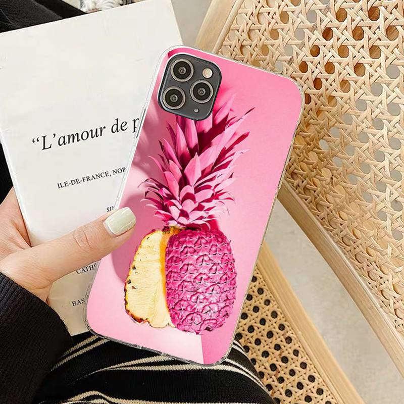 coque motif ananas pour iphone rose avec un fruit coupé dans sa hauteur laissant apparaitre la chair jaune de l'ananas