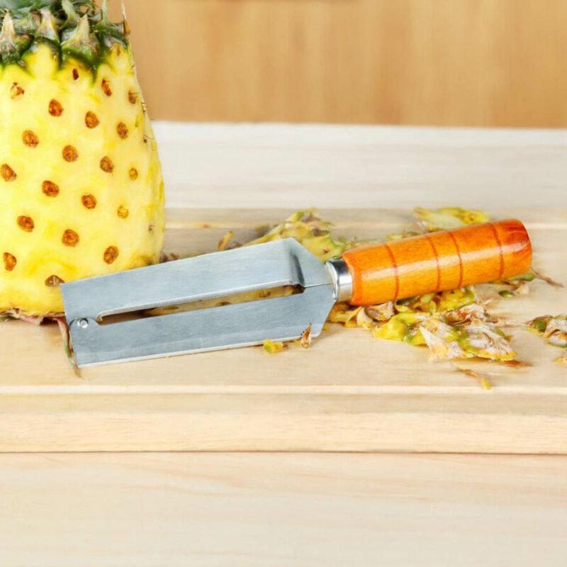 decoupe ananas peau ananas retirée avec couteau manche en bois et lame acier