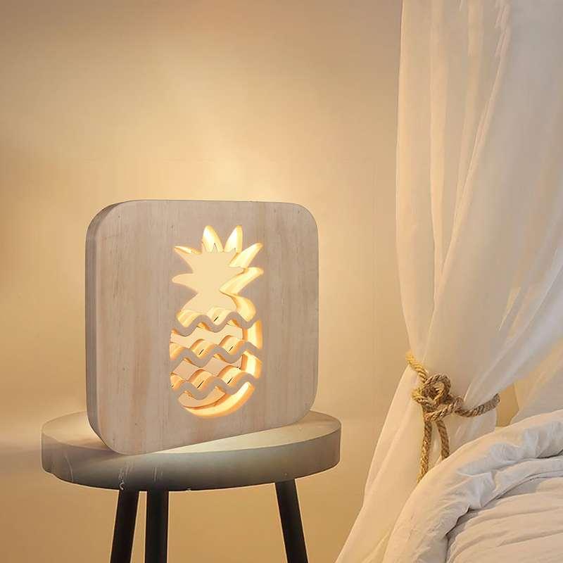 lampe ananas en bois posée sur une table de chevet