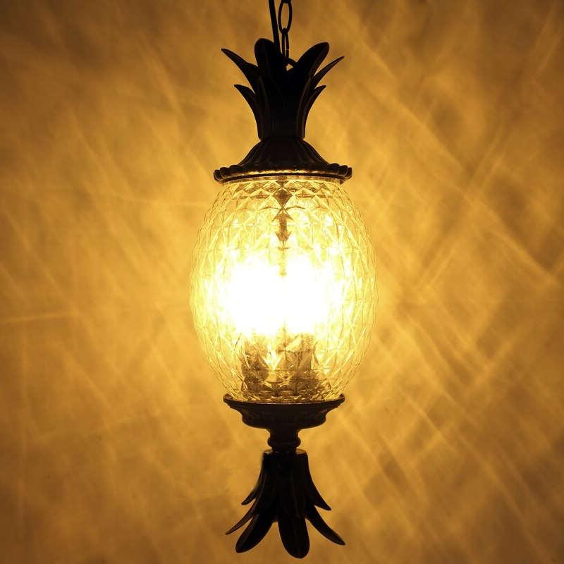 lampe ananas lanterne éclairant dans la nuit