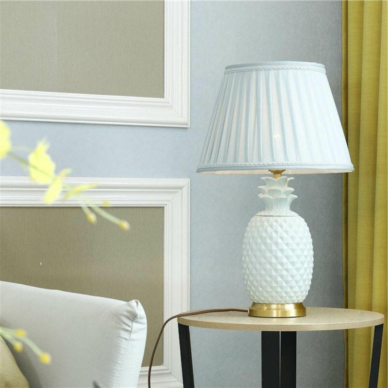 lampe ananas à pied en céramique blanche et pied en cuivre