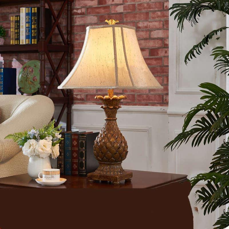 lampe ananas vintage en bois à pied couleur bois et crème