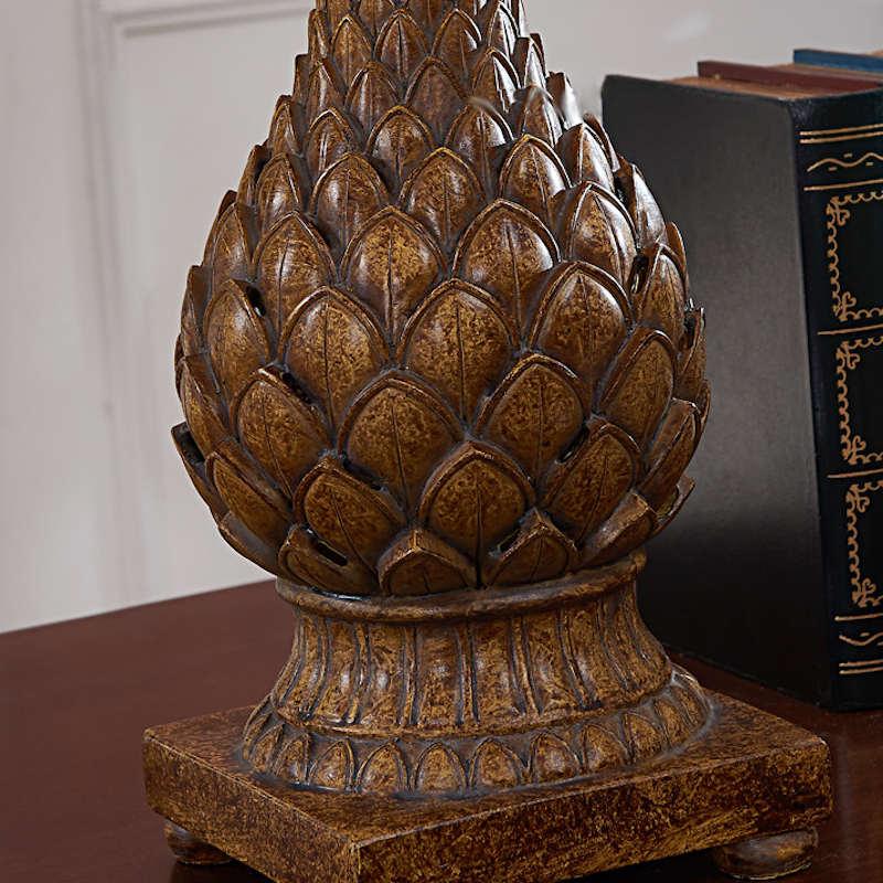 lampe ananas vintage bois posée sur une table