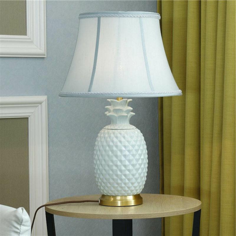 lampe de table ananas à pied cuivre et céramique blanche avec abat jour tissu