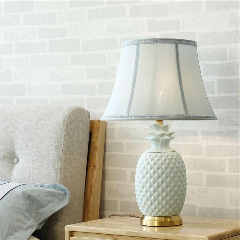 lampe de table ananas à pied en céramique blanche et cuivre