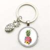 porte-clés avec motif ananas fait de fleurs sous un cabochon