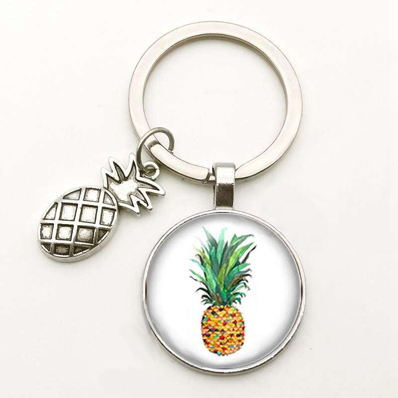 porte-clés avec motif ananas colorés sous un cabochon