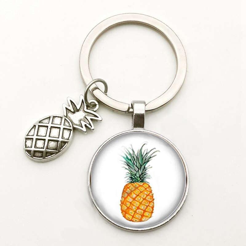 porte-clés avec motif ananas couleurs naturelles sous un cabochon