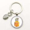 porte-clés avec motif ananas aux couleurs naturelles sous un cabochon