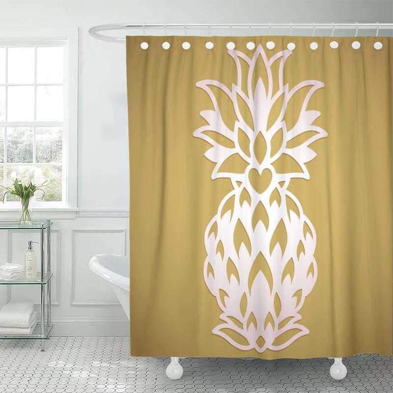 rideau de douche ananas couleur sable imprimé d'un ananas blanc et pendu à une tringle dans une salle de bain