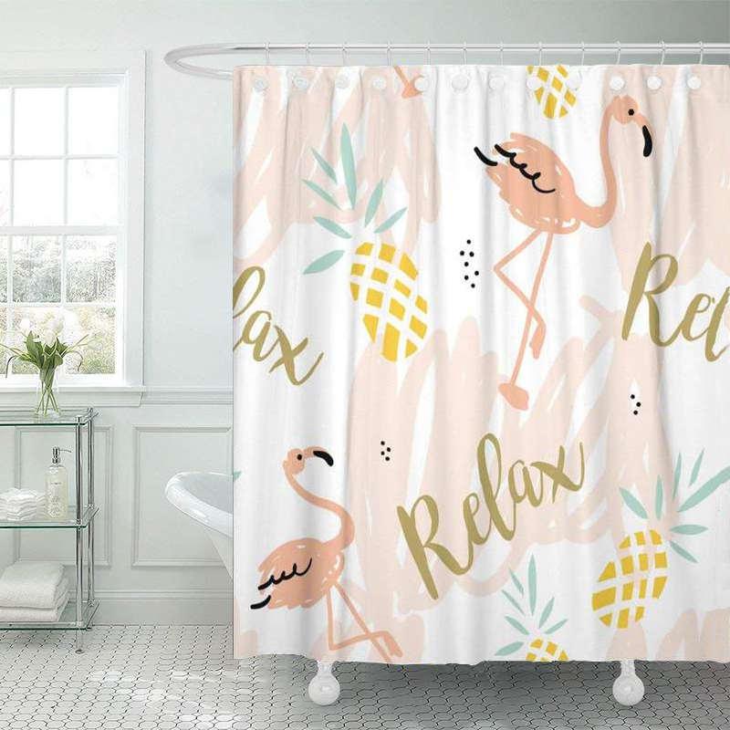 rideau de douche ananas et flamants roses imprimé du mot relax pendu à une tringle