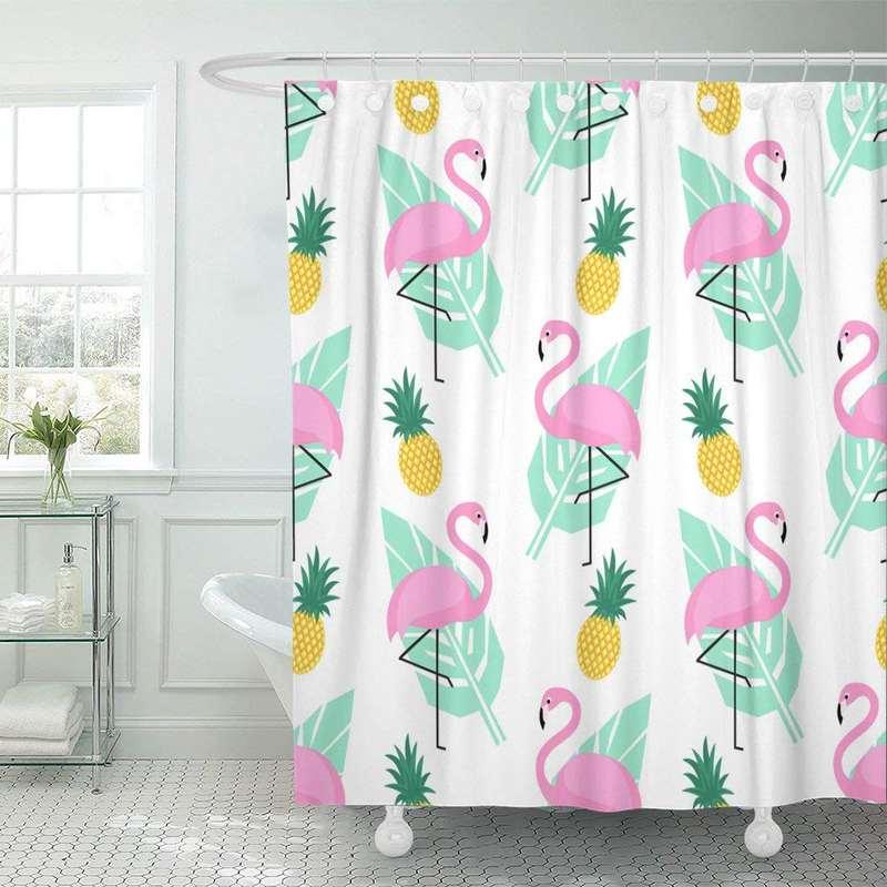 rideau de douche ananas et flamant rose pendu à une tringle dans une salle de bain