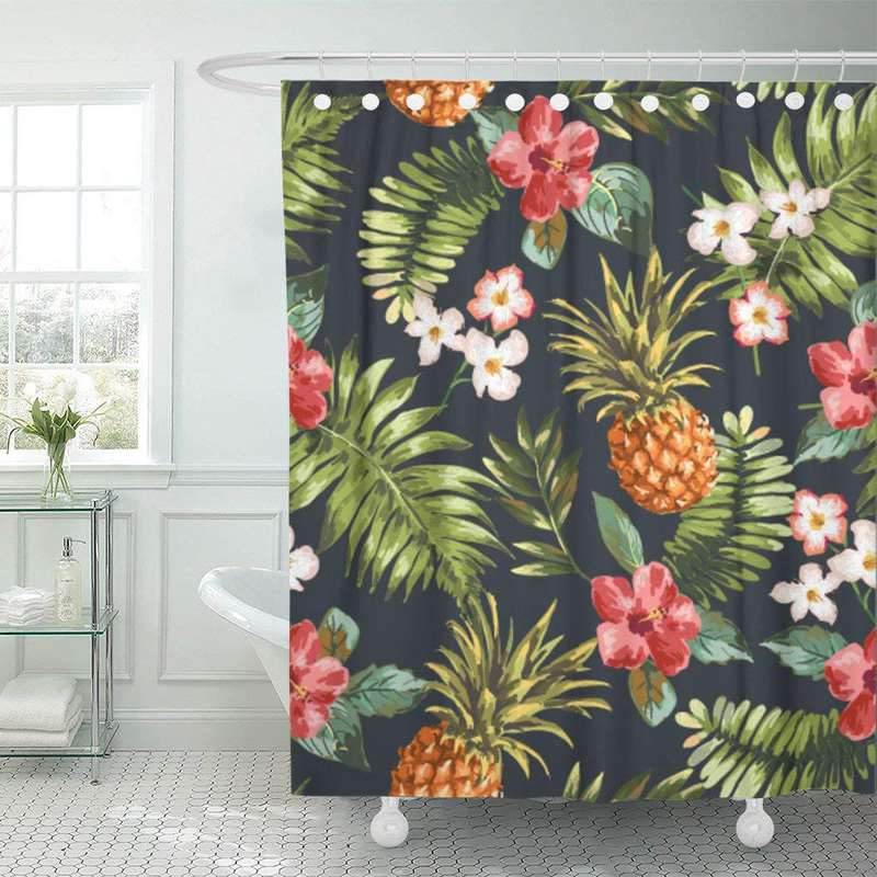 rideau de douche ananas imprimé de fleurs et plantes tropicales pendu à une tringle dans une salle de bain
