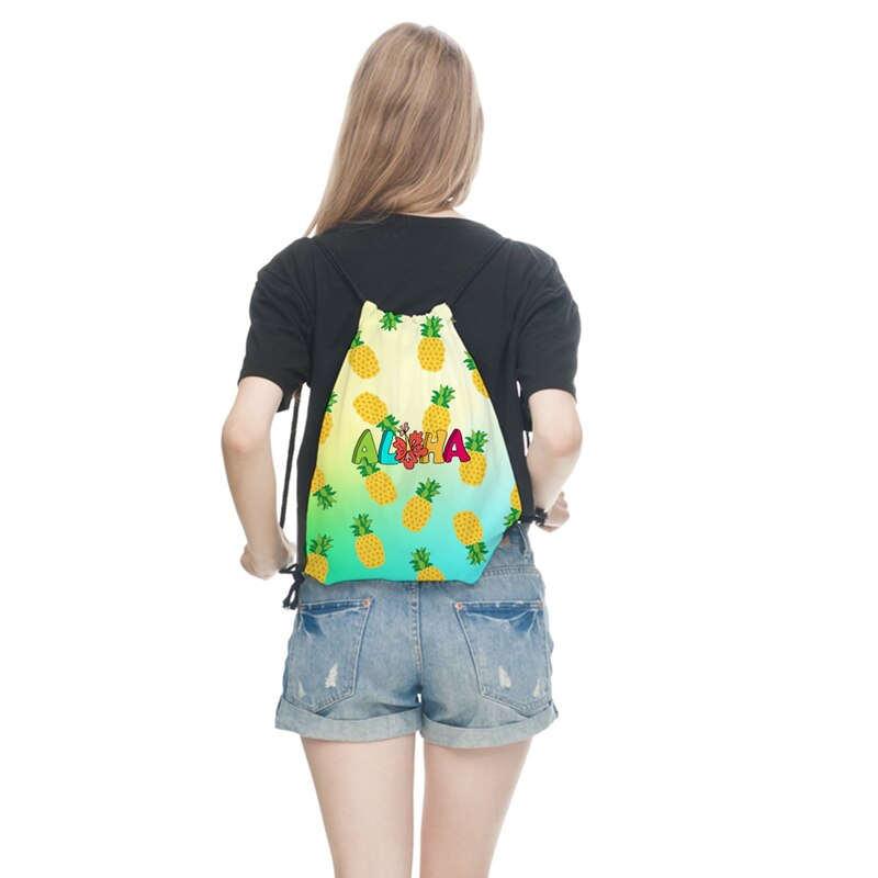 sac à dos cordon avec motifs ananas sur le dos d'une fille et inscription aloha