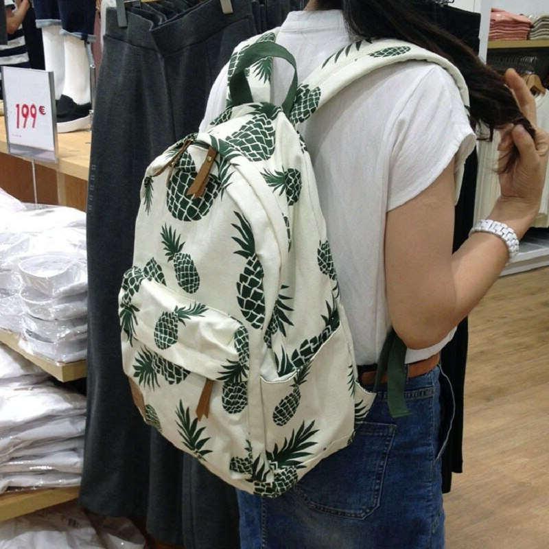 Sac à dos motifs ananas noir et blanc sur le dos d'une étudiante