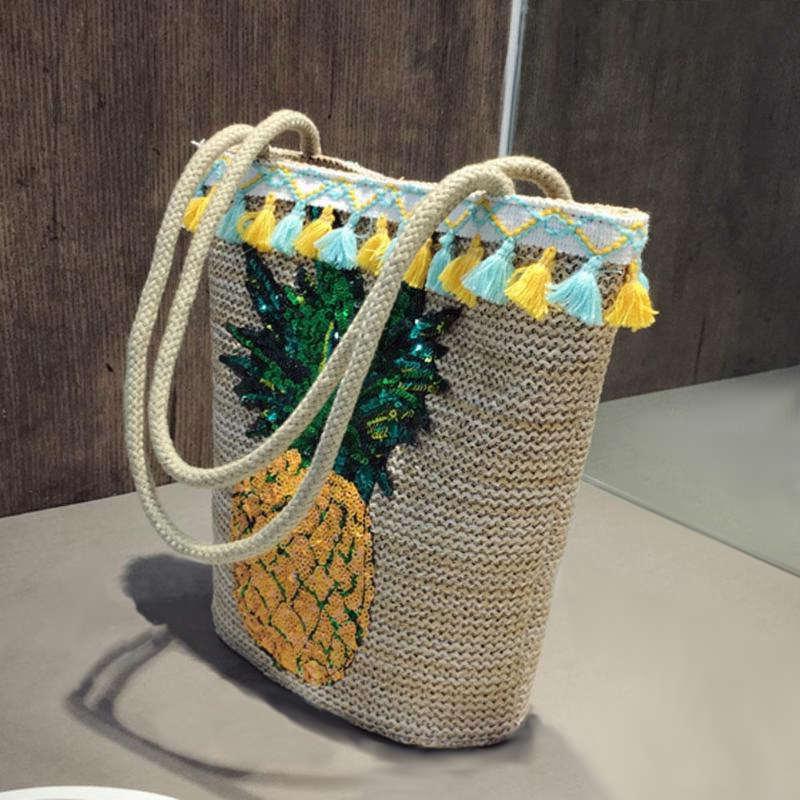 sac ananas en paille avec pompons bleus et jaunes et paillettes