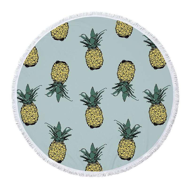 serviette de plage ananas ronde de couleur bleu clair avec de multiples ananas jaune et vert imprimés