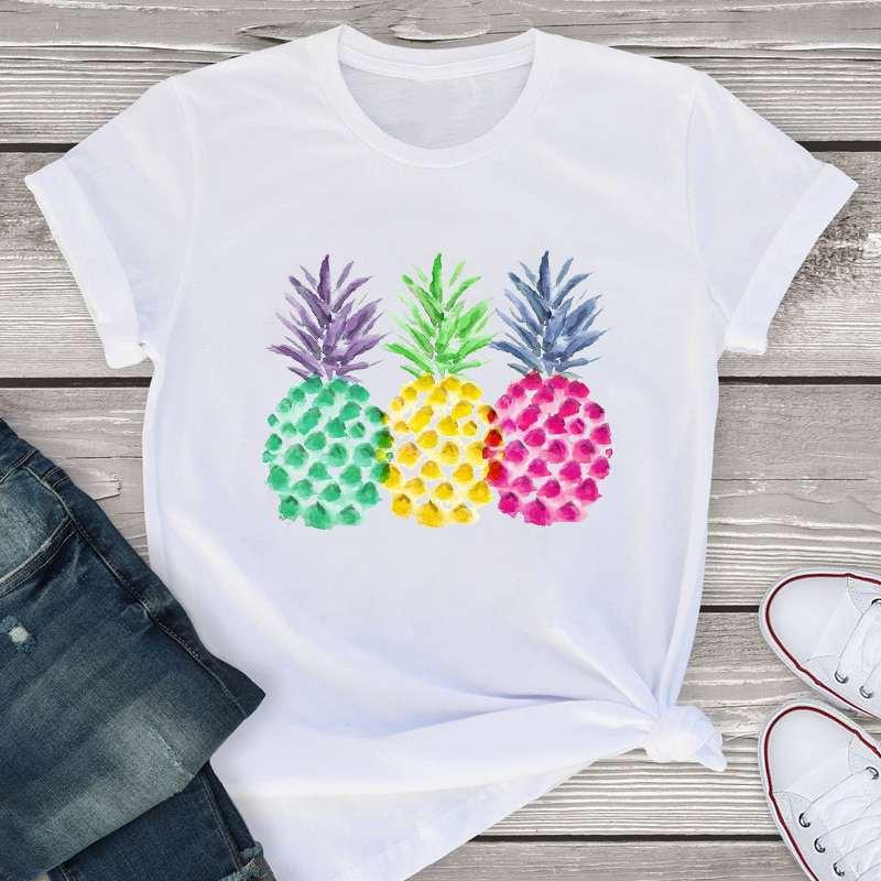 t-shirt ananas pour femme imprimé de 3 ananas vert, jaune et rose avec un style aquarelle