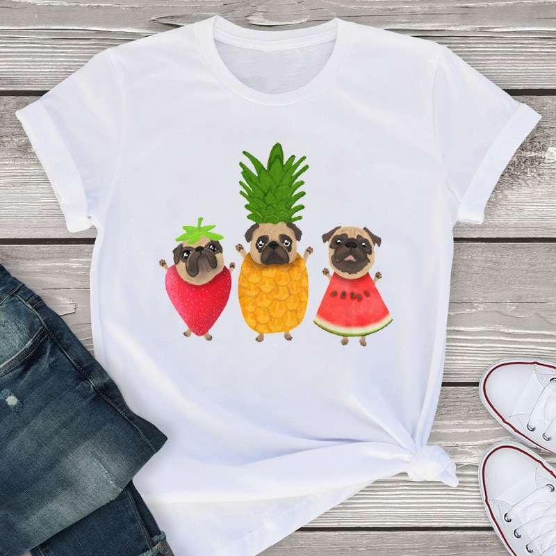 t-shirt ananas pour femme avec fraise, pastèque et 3 chiens bulldog sortant des fruits
