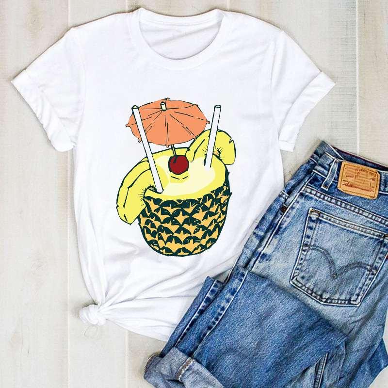 tee shirt imprimé d'un ananas évidé utilisé en guise de cocktail