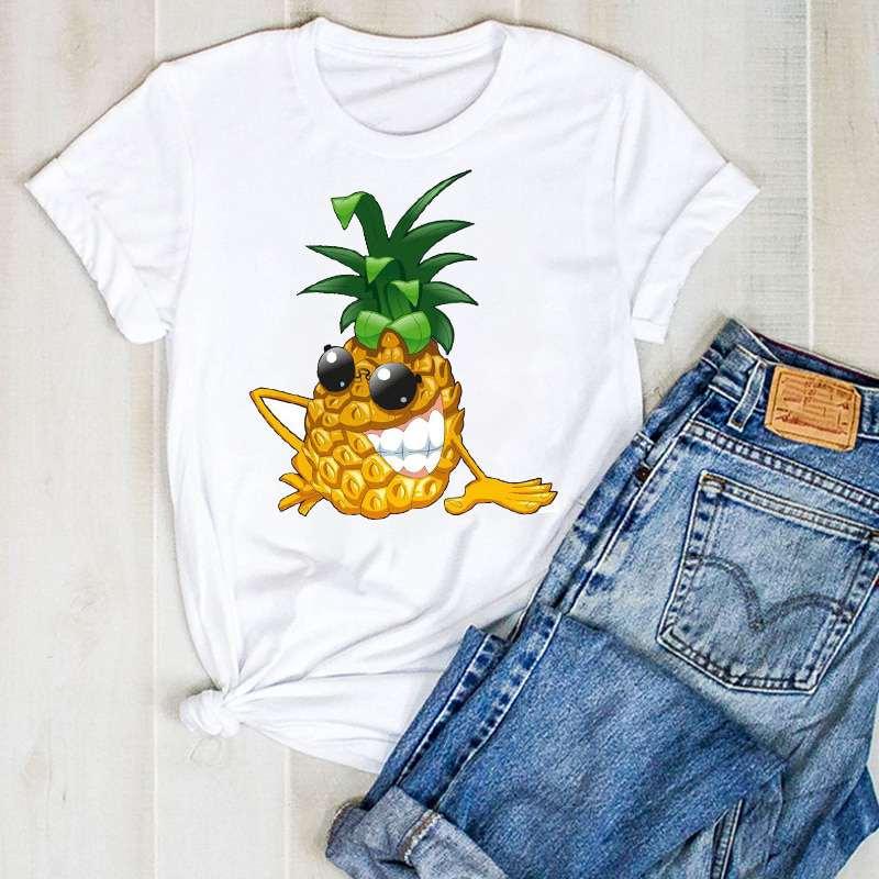 t shirt imprimé d'un ananas portant des lunettes de soleil rondes et souriant