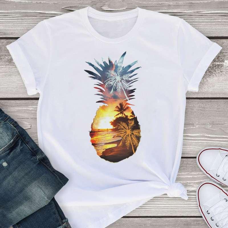 t-shirt ananas pour femme imprimé avec un motif d'ananas ayant pour fond un coucher de soleil tropical