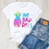 t shirt ananas femme imprimé des mots no bad days de couleur jaune, bleu et rose