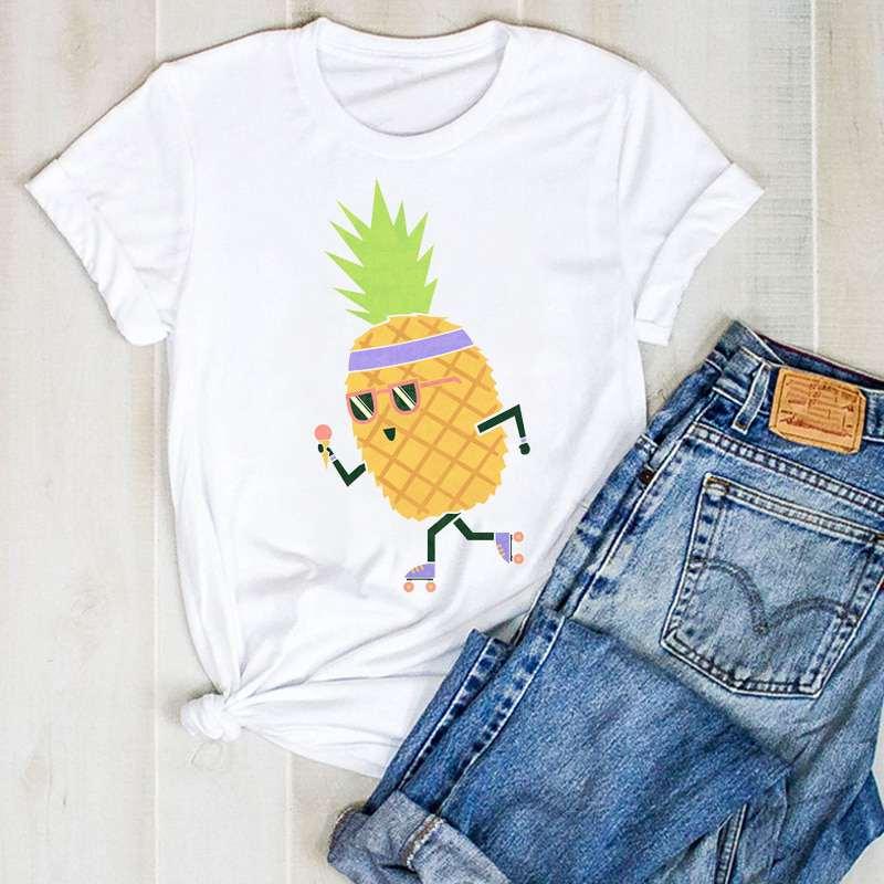 t shirt imprimé d'un motif ananas sur des rollers pour femme