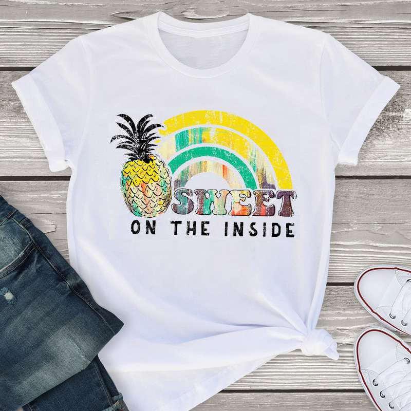 """t-shirt ananas femme imprimé d'un ananas, de la phrase """"sweet on the inside"""" et d'un arc en ciel"""