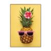tableau ananas à lunettes rose sur fond jaune avec fleur de tiaré