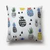 taie d'oreiller blanche imprimée de dessins d'ananas multicolores