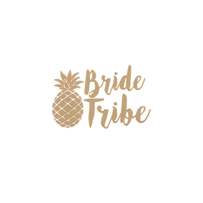 """tatouage ananas éphémère doré avec les mots """"bride tribe"""" (tribut de la mariée) et un ananas"""